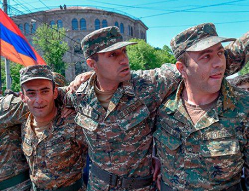 К участникам акции протеста в Ереване присоединились люди в военной форме