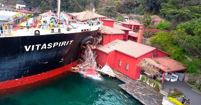 Потерявший управление танкер снес особняк впроливе Босфор