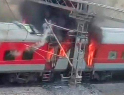 В центральной части Индии загорелся пассажирский поезд