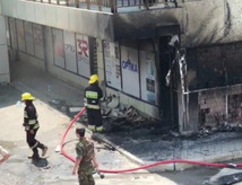 Два человека пострадали при пожаре в торговом центре в Хырдалане