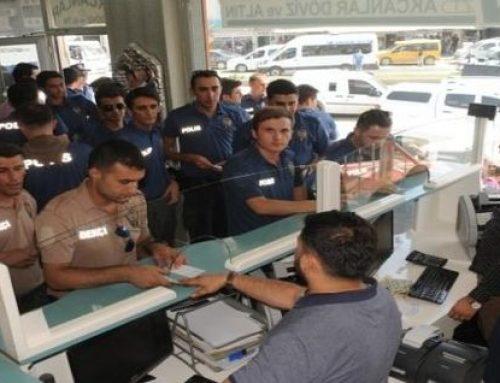 Турецкие полицейские в знак протеста против США меняют свои доллары на лиры