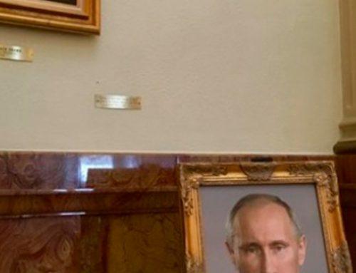 В Колорадо помощницу политика наказали за портрет Путина в капитолии