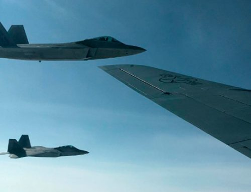 В Норвегии устроили «бой» истребителей F-22 и F-35